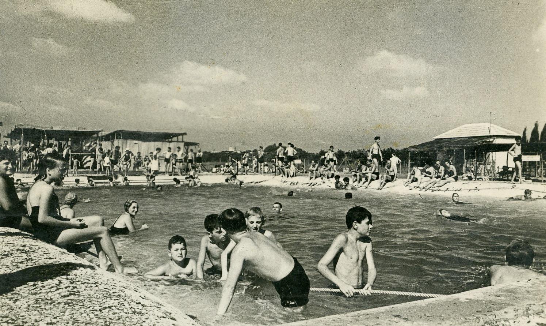 בריכת השחיה של הכפר, הראשונה באזור, נפתחה ב-1946